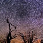 タイムラプス:モニュメント・バレーの夜空を照らす「YIKÁÍSDÁHÁ」